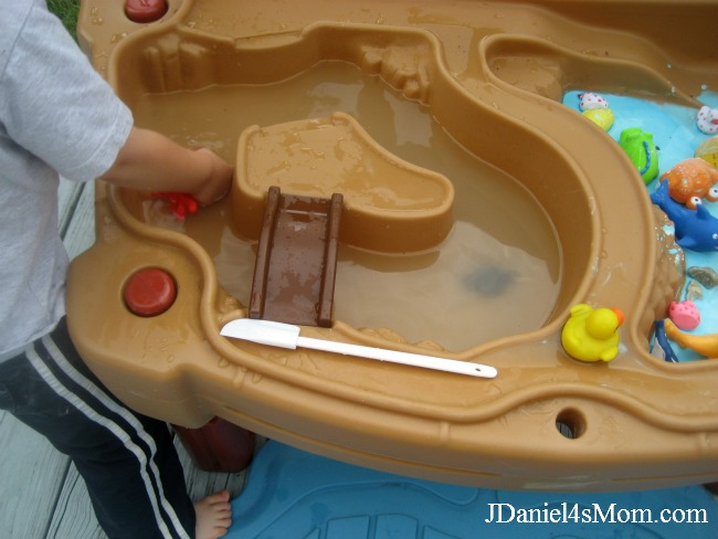 Gilbert the Goldfish- Washing Toys in a Watertable