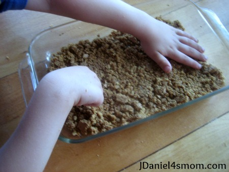 jdaniel4smom_fathers_day_making_crust